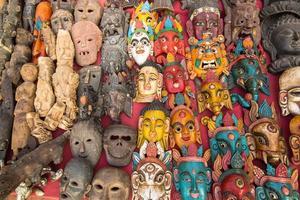 Die Masken des indischen Gottes werden im Straßenladen verkauft