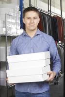 Geschäftsmann läuft online Modegeschäft foto