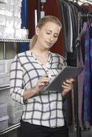 Geschäftsfrau läuft online Modegeschäft foto