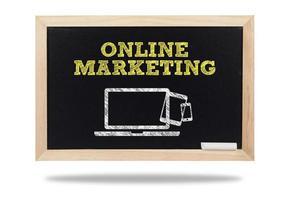 Geschäftskonzept-Online-Marketing-Wort und Symbol auf Tafel foto