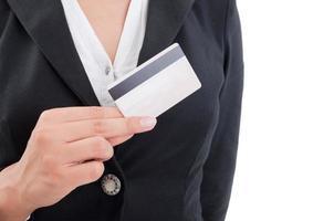 Frauenhand, die eine Kreditkarte hält foto