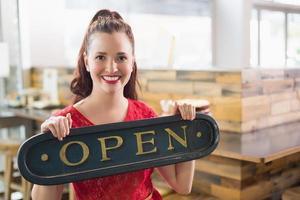 Cafébesitzer lächelt in die Kamera foto