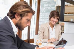 Geschäftskollegen arbeiten an ihrer Pause foto