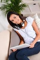 fröhliche junge Brünette Mädchen entspannt zu Hause Online-Computer einkaufen foto