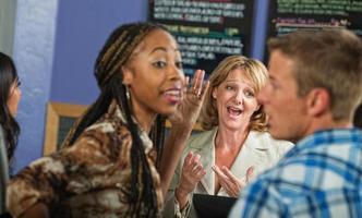 Cafébesitzer mit gereizten Kunden