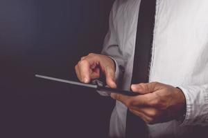 Geschäftsmann, der an digitalem Tablet-Computer arbeitet