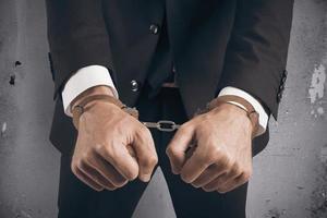 Geschäftsmann mit Handschellen gefesselt foto