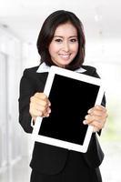 Geschäftsfrau zeigt Tablette foto