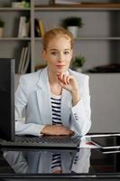 Porträt der jungen Geschäftsfrau foto