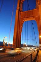 Autos auf der Golden Gate Bridge in der Nacht foto