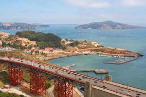 berühmte Golden Gate Bridge und Schiffshafen in San Francisco foto