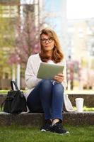 Geschäftsfrau mit digitalem Tablet foto