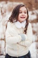 Nahaufnahme vertikales Porträt des entzückenden Kindermädchens foto