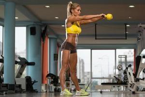 Frauenübung im mittleren Alter mit Kettlebell foto