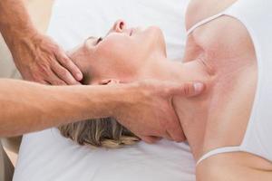 Frau erhält Nackenmassage
