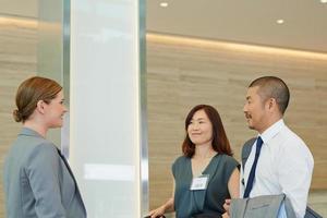 japanische Geschäftsleute, die zum Treffen ankommen foto