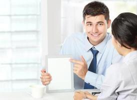 Geschäftspartner, die beim Meeting das Touchpad verwenden