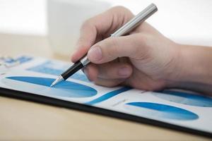 Grafiken und Diagramme vom Geschäftsmann analysiert foto