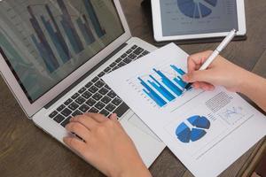 Nahaufnahme der Geschäftsperson, die digitales Tablet und Laptop mit verwendet foto