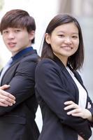lächelndes Porträt des jungen weiblichen und männlichen asiatischen Geschäftsführers foto