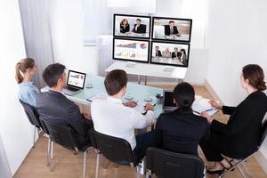 Gruppe von Geschäftsleuten in Videokonferenz