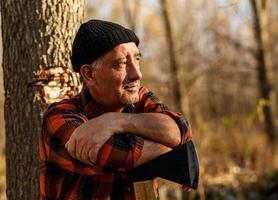 Porträt des Holzfällers in der Natur foto