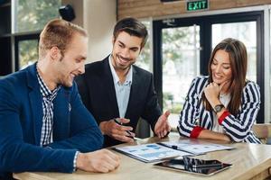 kleine Gruppe junger Leute bei einem Geschäftstreffen