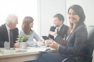 Geschäftsfrau zeigt ihre Mitarbeiter foto