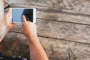 Mann berührt Tablette PC foto
