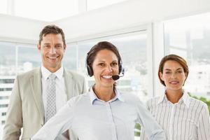 selbstbewusste Geschäftsleute im Büro foto