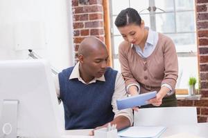 Geschäftsleute, die digitales Tablet im Büro verwenden