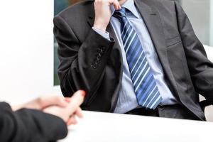Geschäftsleute sprechen beim Treffen im Büro, sitzen foto