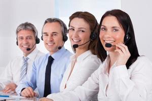 Geschäftsleute sprechen im Mikrofon foto