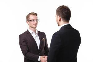 Zwei Geschäftsleute geben sich die Hand foto
