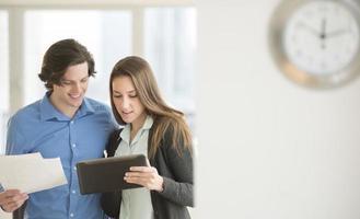 Geschäftsleute, die digitales Tablet im Büro verwenden foto