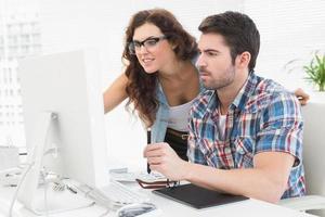 Geschäftsleute, die Computer und Digitalisierer verwenden foto