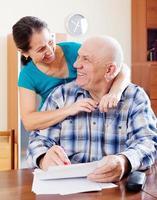 glückliches reifes Paar füllt Papier aus