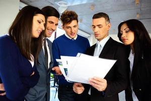 Geschäftsleute, die ein Dokument lesen foto