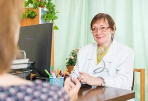 Arzt, der Informationen über den Patienten einfügt foto
