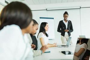 junge Geschäftsleute, die an einem Konferenztisch sitzen und lernen foto