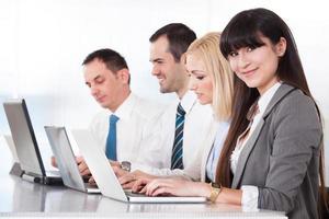 Geschäftsleute, die am Laptop arbeiten