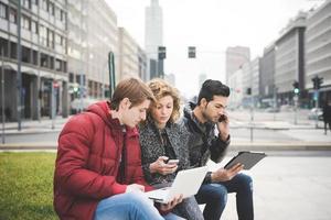 gemischtrassige Geschäftsleute, die im Freien in der Stadt arbeiten foto