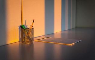 Büromaterial auf dem Schreibtisch foto
