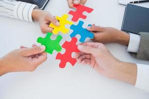Geschäftskollegen halten Puzzleteil