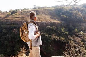 Rückansicht des älteren Mannes mit Rucksack foto