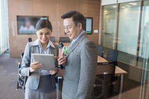 Geschäftsleute mit einem digitalen Tablet