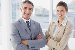 Geschäftsmann und Frau lächelnd foto