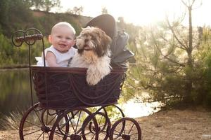 Baby und kleiner Welpe im Apram