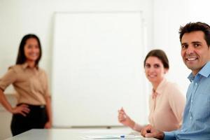Berufskollegen lächeln und schauen dich an