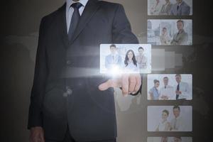 nobler Geschäftsmann, der digitale Schnittstelle auswählt foto